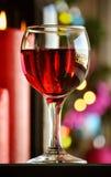 Vidros do vinho tinto com decoração do Natal Fotos de Stock