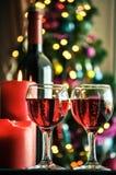 Vidros do vinho tinto com decoração do Natal Foto de Stock Royalty Free