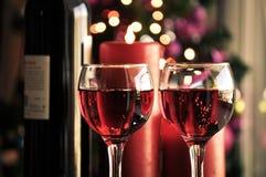 Vidros do vinho tinto com decoração do Natal Fotografia de Stock Royalty Free