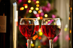 Vidros do vinho tinto com decoração do Natal Imagens de Stock