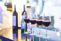 Vidros do vinho tinto com garrafa Imagem de Stock Royalty Free