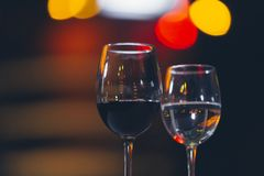 Vidros do vinho tinto no álcool do conceito do restaurante fotos de stock