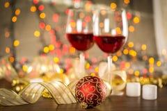 Vidros do vinho tinto no fundo borrado do feriado Imagem de Stock
