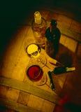 Vidros do vinho vermelho com frascos Fotografia de Stock