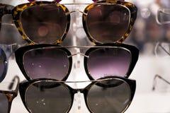 vidros dos óculos de sol do verão para mulheres fotografia de stock
