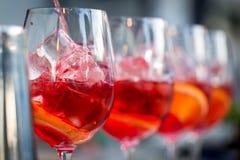Vidros dos cocktail na barra O barman derrama um vidro do vinho espumante com Aperol imagens de stock royalty free
