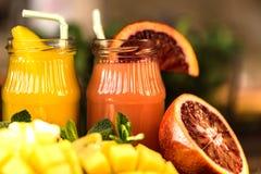Vidros dos sucos Rafrescamentos e bebidas do verão Imagem de Stock Royalty Free