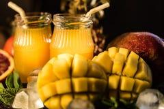Vidros dos sucos Rafrescamentos e bebidas do verão Imagens de Stock Royalty Free
