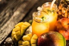 Vidros dos sucos Rafrescamentos e bebidas do verão Imagem de Stock