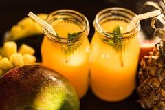 Vidros dos sucos Rafrescamentos e bebidas do verão Imagens de Stock