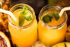 Vidros dos sucos Rafrescamentos e bebidas do verão Foto de Stock