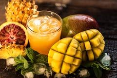 Vidros dos sucos Rafrescamentos e bebidas do verão Foto de Stock Royalty Free