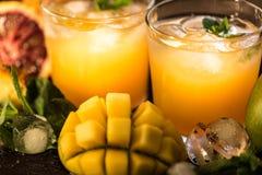 Vidros dos sucos Rafrescamentos e bebidas do verão Fotografia de Stock