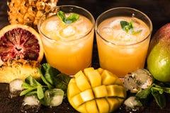 Vidros dos sucos Rafrescamentos e bebidas do verão Fotografia de Stock Royalty Free