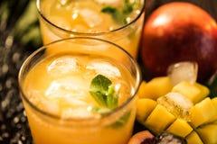 Vidros dos sucos Rafrescamentos e bebidas do verão Fotos de Stock