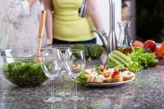 Vidros e alimento de vinho para um partido Imagem de Stock Royalty Free