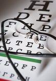 Vidros e foco do diferencial da carta de teste do olho fotografia de stock