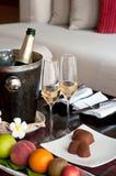 Vidros e frasco de Champagne na tabela Imagens de Stock Royalty Free