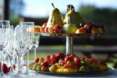 Vidros e frutas de Champagne Fotografia de Stock Royalty Free