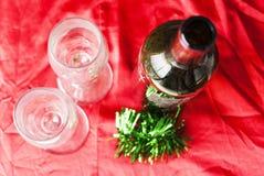 Vidros e garrafa de vinho do Natal imagens de stock royalty free