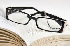 Vidros e livro Imagem de Stock Royalty Free