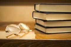 Vidros e livros Fotografia de Stock Royalty Free