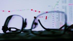 Vidros e monitor com dados de troca de comércio Troca em linha video estoque