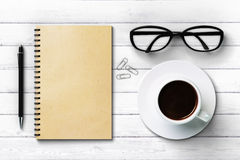 Vidros e pena da xícara de café do diário do papel vazio Fotografia de Stock Royalty Free