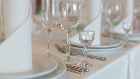 Vidros e placas na tabela no restaurante video estoque