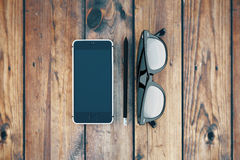 Vidros e telefone vazio Fotografia de Stock Royalty Free