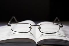 Vidros e um livro imagem de stock royalty free