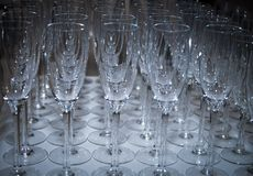 Vidros efervescentes glamoroso do champanhe para a véspera de anos novos foto de stock