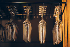 Vidros em seguido acima da cremalheira da barra no restaurante Imagens de Stock