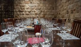 Vidros em tabelas em Carmel Winery Tasting Room imagem de stock