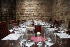 Vidros em tabelas em Carmel Winery Tasting Room imagens de stock