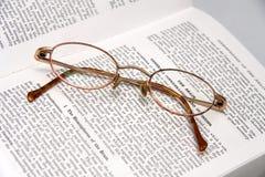 Vidros em um livro médico Foto de Stock