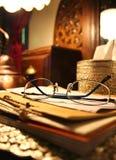 Vidros em uma pilha dos livros Fotografia de Stock Royalty Free