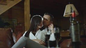 Vidros latin bonitos do tim-tim dos pares com vinho tinto na data no equipamento ocasional em casa Pares que têm momentos românti vídeos de arquivo
