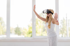 Vidros louros novos de Digitas da realidade virtual de desgaste de mulher, menina bonita de sorriso feliz Imagem de Stock