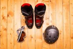 Vidros, luvas e capacete coloridos do esqui Imagens de Stock