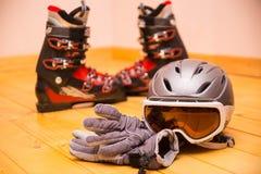 Vidros, luvas e capacete coloridos do esqui Fotografia de Stock