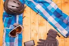 Vidros, luvas e capacete coloridos do esqui Fotografia de Stock Royalty Free