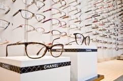 Vidros luxuosos na loja do ótico fotos de stock royalty free
