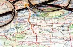 Vidros macro do mapa e de leitura Foto de Stock Royalty Free