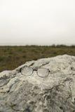 Vidros molhados perdidos na pedra Fotografia de Stock