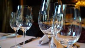 Vidros na tabela, ajuste da tabela em um restaurante filme
