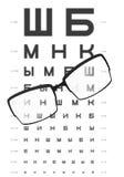 Vidros na tabela com carta de teste do olho no fundo Imagens de Stock