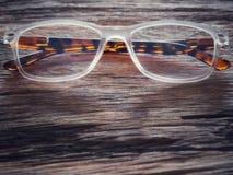 Vidros na tabela de madeira velha E o espaço para o texto ou os símbolos no vintage tonifica com objetos de longa data imagens de stock royalty free