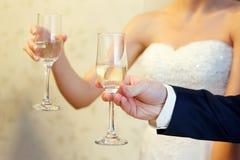 Vidros no close-up das mãos Feriado, casamento fotos de stock