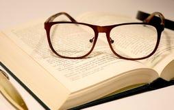 Vidros no livro Fotos de Stock